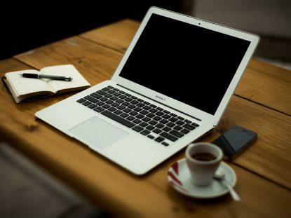 Notebook mit Espresso