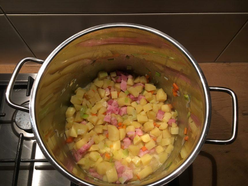 Kartoffelsuppe im Topf