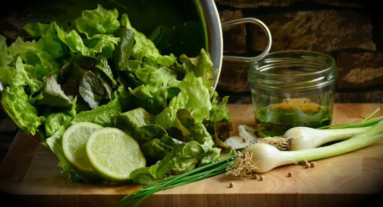 Grüner Salat mit Limette und Frühlingszwiebeln